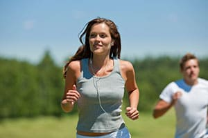 Woman jogging in order to keep a healthy lifestyle.